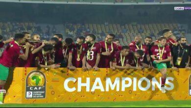 Photo de SM le Roi félicite au téléphone l'entraineur de l'équipe nationale des joueurs locaux suite au sacre du Maroc champion de la CHAN-2021